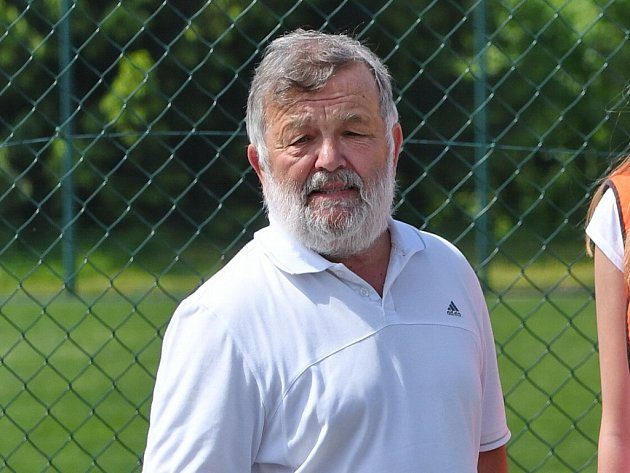 Ladislav Janata hrál basketbal, trénoval ho a dělal i funkcionáře. Dodnes výkony jabloneckých basketbalistek sleduje.