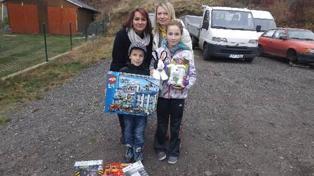 Iveta a Pavlína s dětmi z vyhořeného domu. Omluvte sníženou kvalitu fotografie