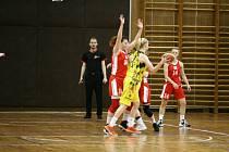 Jablonecké basketbalistky (v červeném) v zápase s USK Praha B.
