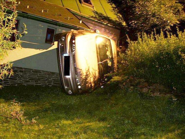 Fiat Marea skončil kvůli nepozornosti řidiče na fasádě domu.