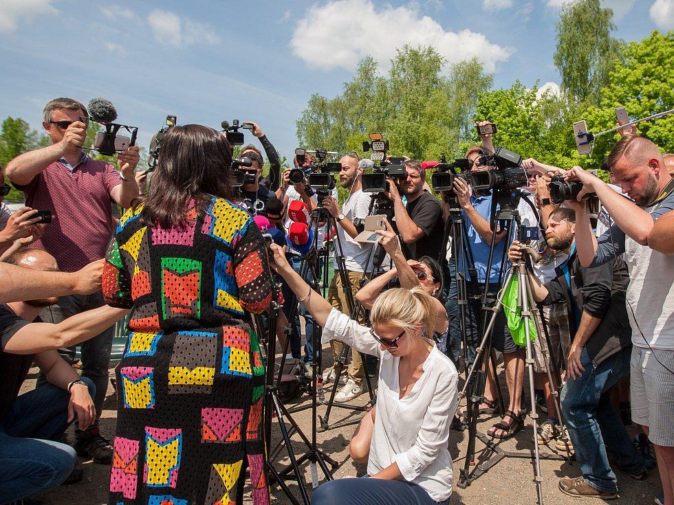 Tisková Mluvčí jde mezi novináře.Jiří Kajínek, odsouzený vrah, míří 23. května po 23 letech na svobodu z věznice v Rýnovicích v Jablonci nad Nisou díky milosti, kterou mu udělil prezident Miloš Zeman.