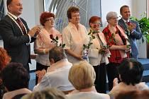 SLAVNOSTNÍ PŘEDÁNÍ symbolických šál pro absolventy akademie seniorů proběhlo na jablonecké radnici.