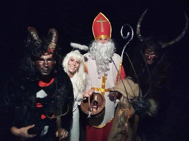Hedvika Mikešová zJablonce nad Nisou už má pět let na 5.prosince stejný program. Navštěvuje děti svých známých vkostýmu anděla.