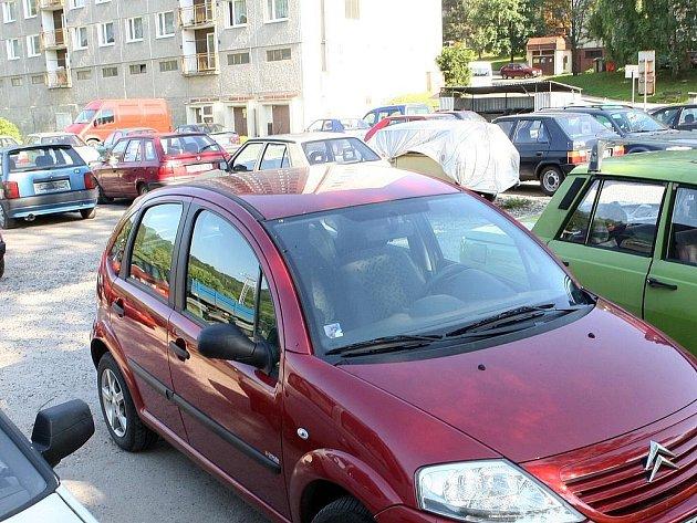 Zaparkovat na sídlišti bývá složité. Ilustrační snímek.