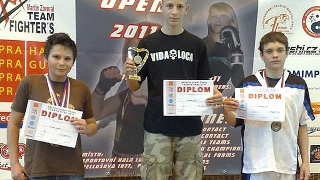 Vítěz Národního poháru Čech Petr Záděra (uprostřed) z Iron Fighters Rádlo.