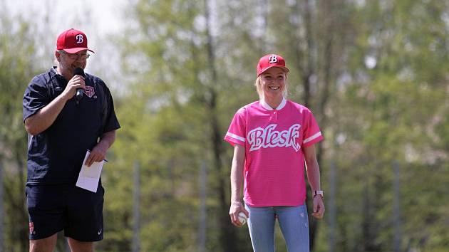 Úvodnímu zápasu na domácím hřišti předcházel program, kterému vévodila biatlonistka Markéta Davidová. Společně s primátorem Petrem Beitlem úspěšně nadhodila začátek dvouzápasu.