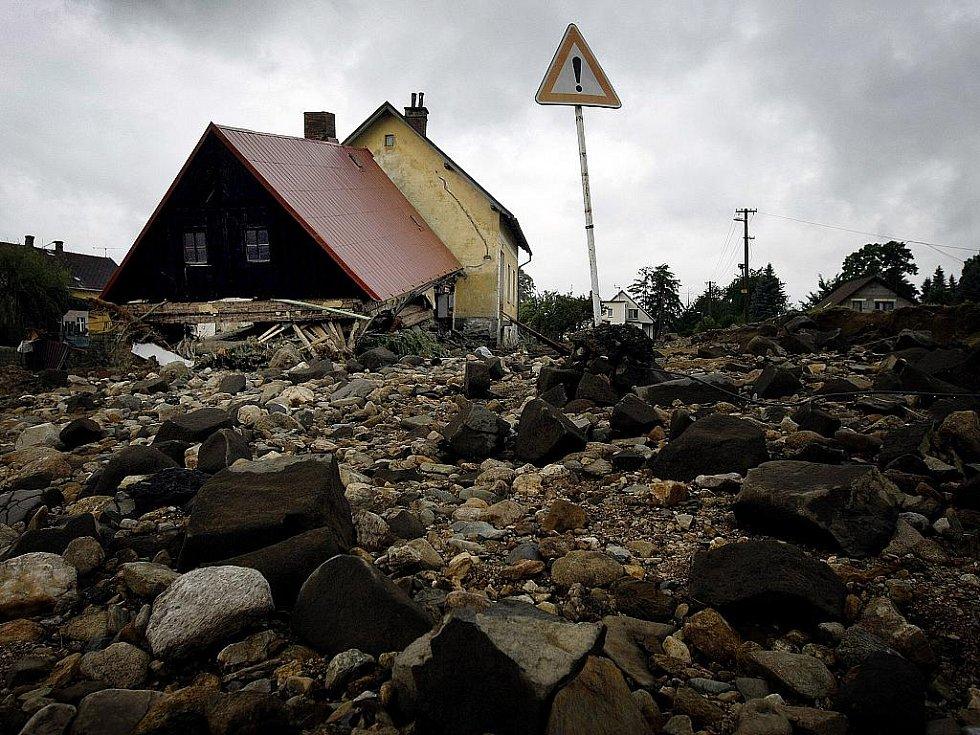 Lidé v zatopených místech potřebují pomoc. Balenou vodu, úklidové prostředky a další nutný materiál. Na snímku pondělní úklid v Raspenavě.