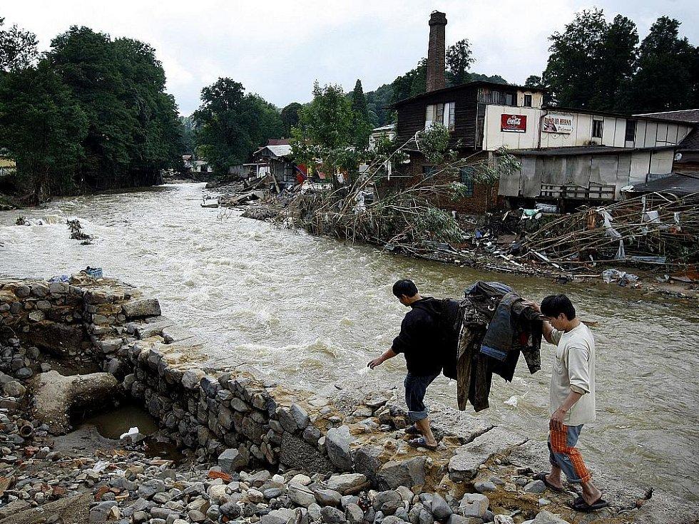 Lidé v zatopených místech potřebují pomoc. Balenou vodu, úklidové prostředky a další nutný materiál. Na snímku pondělní úklid ve Frýdlantu.