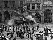 Domy na náměstí Dr. Edvarda Beneše v Liberci 21. srpna 1968 v okamžiku, kdy do nich najel okupační tank.