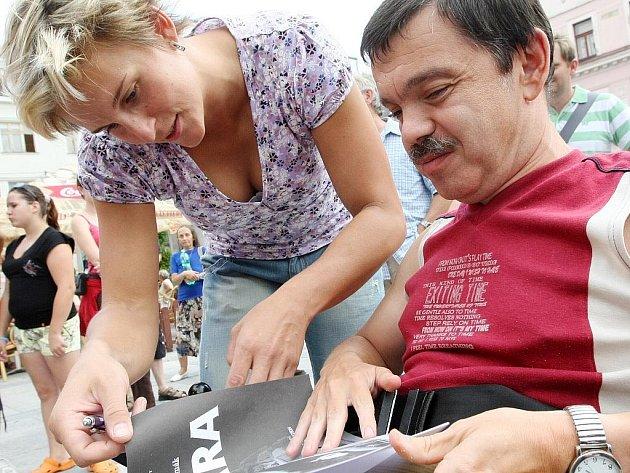 Jablonecká rodačka Barbora špotáková rozdávala v pátek před radnicí autogramy svým příznivcům.