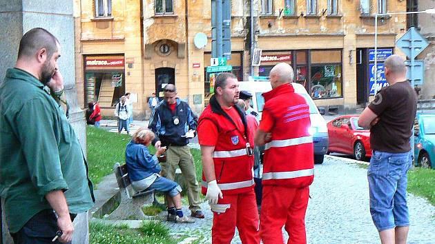 V pátek krátce po sedmé večer ve křoví parčíku přímo v centru Jablonce u křižovatky Mostecká, Podhorská našel v křoví náhodný svědek, který si tam odskočil vykonat potřebu, tělo muže.