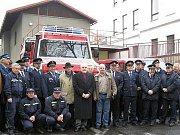 SDH Tanvald Šumburk. Kolektivní foto ze slavnostního předání hasičského vozu UNIMOG 5000 v prosinci roku 2004.