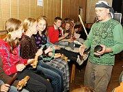 Slet bubeníků Smržovka 2009. Odpoledne bubnovali pro handicapované a večer pro všechny ostatní, kteří za nimi přijeli.