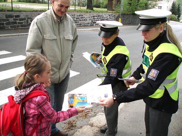 V úterý a ve středu se jablonečtí policisté zaměřili především na chodce, jako účastníky dopravního provozu. Policejní hlídky v rámci akce Zebra se za tebe nerozhlédne kontrolovali správné přecházení žáků i dospělých.