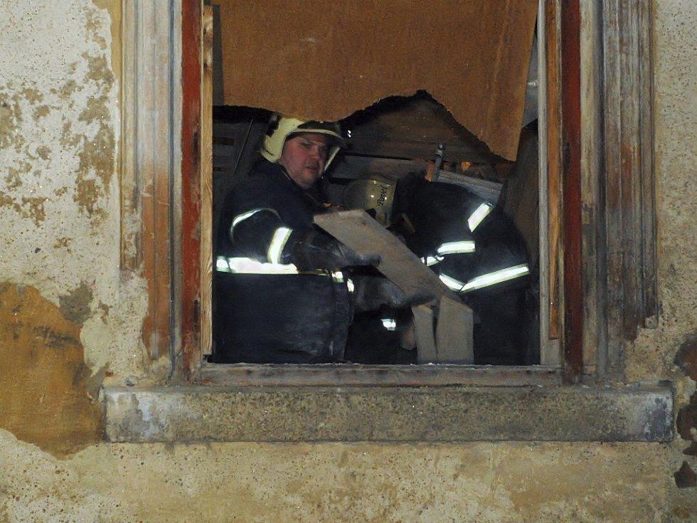 Hasiči odklízeli část trosek z domu.