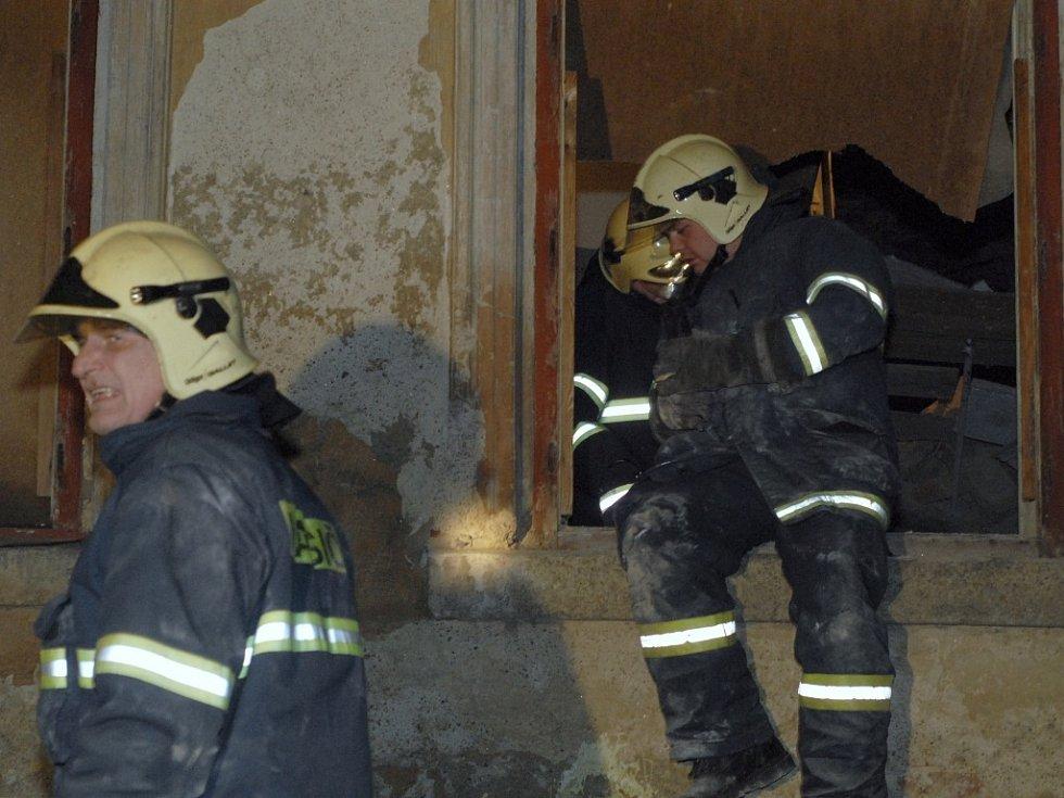 Hasiči opouštějí dům kde se zřítil jeho vnitřek.