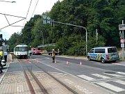 Provoz na meziměstské tramvajové trati byl přerušen z důvodu srážky tramvaje s osobním automobilem.
