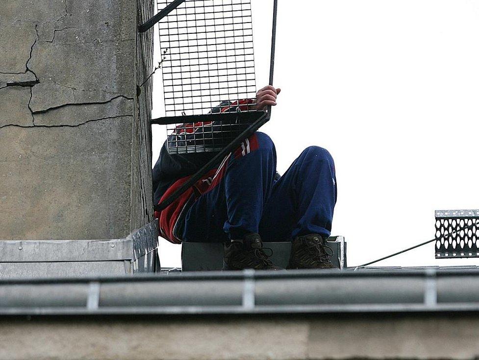 Muž na střeše.