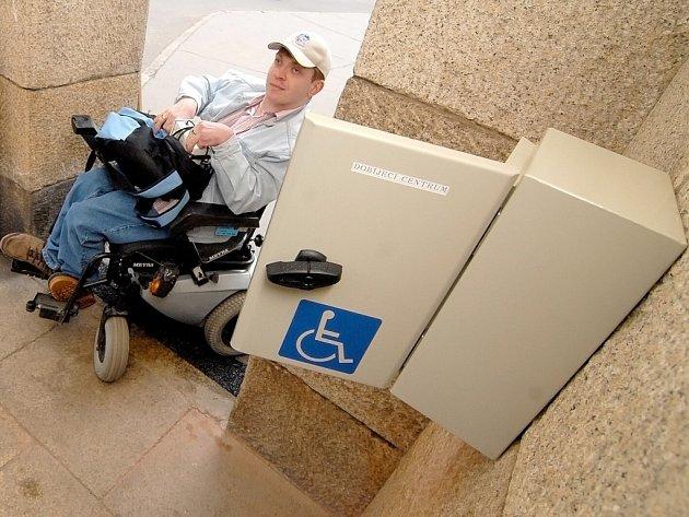 Nabijí si i baterii do vozíku. Město je proslulé přístupem k handicapovaným občanům. Nedávno dokončili dobíjecí místo pro elektromobily a invalidní vozíky a teď  připravují bezbariérové přechody.