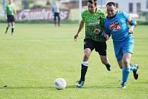 Hodkovice prohrály na půdě Krásné Studánky 5:0. Na snímku domácí Hájek (vlevo) a hodkovický kapitán Bouška.