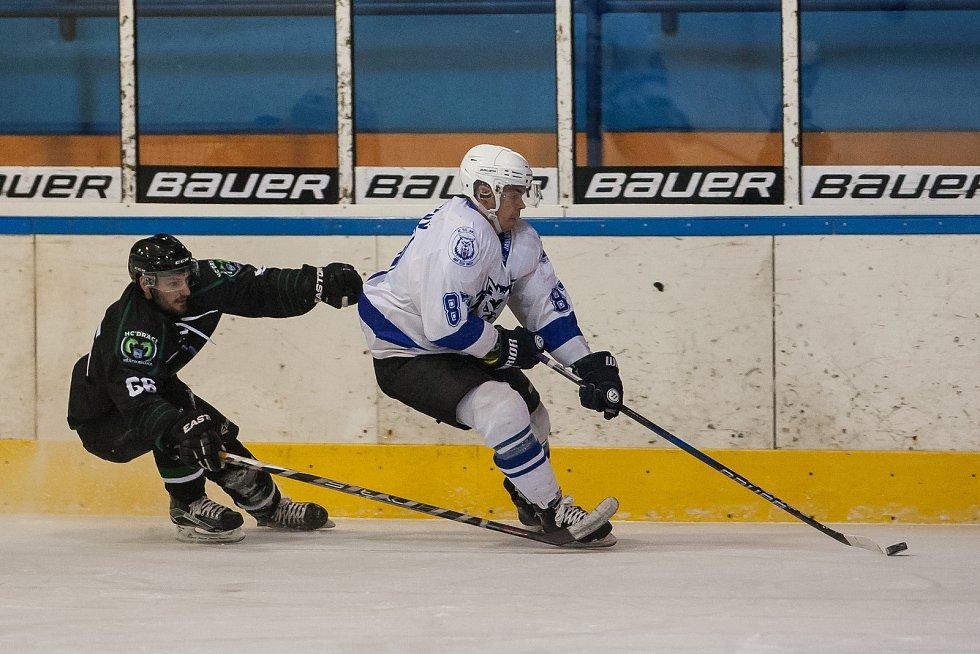 Utkání 42. kola 2. ligy ledního hokeje skupiny Západ se odehrálo 21. února na zimním stadionu v Jablonci nad Nisou. Utkaly se týmy HC Vlci Jablonec nad Nisou a HC Draci Bílina. Na snímku vpravo je Michal Nevyhoštěný.