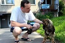 Ve Mšeně v Jablonci údajně řádí travič psů. Na snímku Milan Bezdička s tříletým Dannym, který měl štěstí a otravu neznámou látkou přežil.