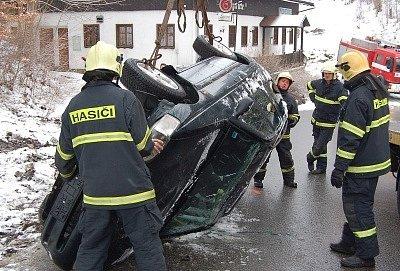 V Janově n. N. havarovala 21letá řidička vozu Ford Escort. Vůz vyjel ze silnice, narazil do skály a přetočil se na střechu do vozovky. Ke zranění nedošlo.