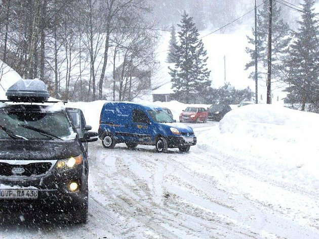 Tradičně mají problém řidiči na silnici z Tanvaldu do Harrachova v úseku stoupání z Desné do Kořenova. Uvíznou tu kamiony jedoucí k hraničnímu přechodu.
