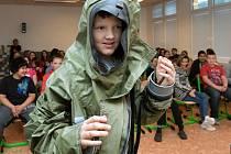 Děti si vyzkoušely i protichemickou ochranu, dozvěděly se ale i praktické rady k rizikům, jež hrozí i v běžném životě.