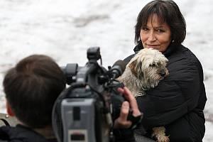 Televizní štáb s Martou Kubišovou natáčel vánoční pořad Chcete mě v lučanském útulku Dášenka