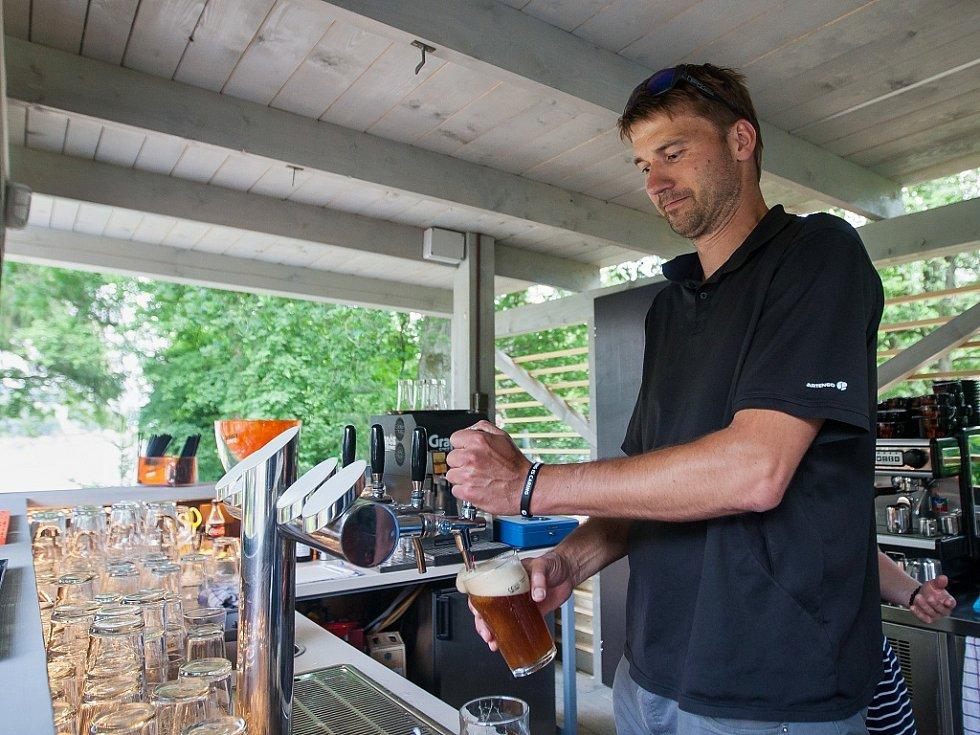 Jaroslav Šída, vedoucí pivovaru Volt, čepuje pivo