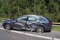 Řidič Renaultu nezvládl řízení ve velké rychlosti a narazil do Audi A6 (na snímku).