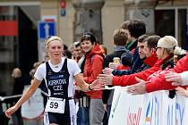 Petra Kuříková finišuje v libereckém závodu aquatlonu.