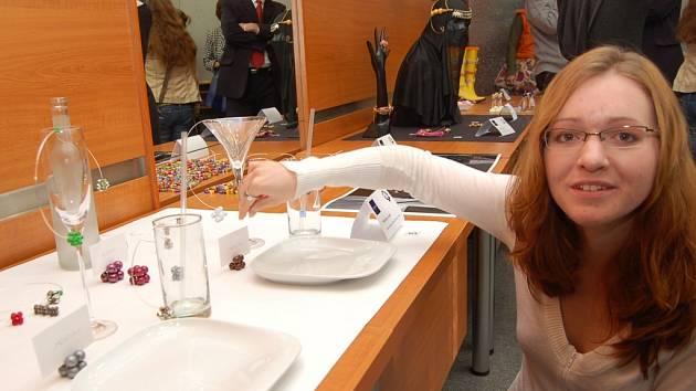 Vítězka workshopu Markéta Janků z Technické univerzity v Liberci ukazuje svoji vítěznou kolekci Párty set. Pro porotu byla jednoznačným favoritem díky své jednoduchosti a eleganci.