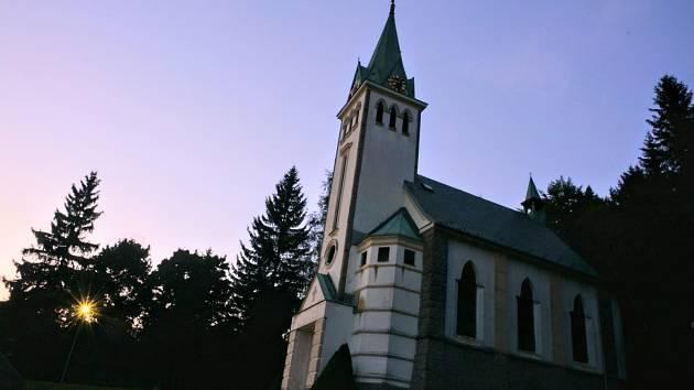 Podvečerní zastavení u kostelíka v Bedřichově.