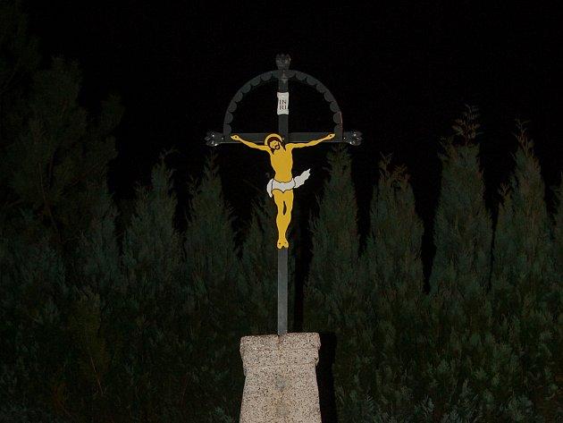 Obnovený kříž na křižovatce silnic Lesní a Pod Hájem.