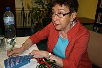 Jiřina Šiklová při autogramiádě. Podepisuje svou knihu Dopisy vnučce
