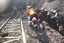 Na železniční trati zachraňovali hasiči těžce zraněnou ženu neznámé totožnosti, která zřejmě spadla ze skály do kolejiště.