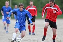 Fotbalisté Kokonína B (v modrém) porazili doma rezervu Držkova a přiblížili se záchraně v okresním přeboru.