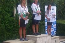Tereza Grusová, plavkyně TJ Bižuterie, často stojí na stupních vítězů společně se svými konkurentkami. Zleva: Tereza , Barbora Závadová z Ostravy a  Karolína Hájková z reprezentačního oddílu.