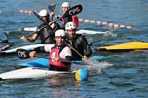 Vodní plocha jablonecké přehrady výborně vyhovuje kanoepolu, které si přijely zahrát týmy z celé republiky.