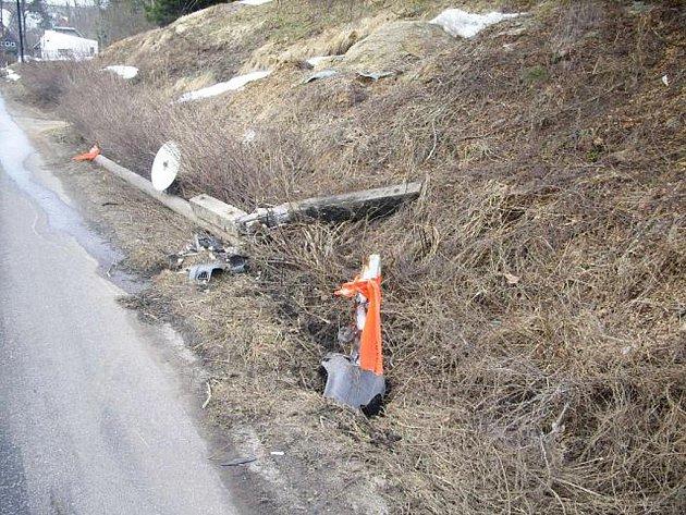 Řidič felicie přerazil sloup a zmizel.