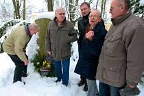 Loni se u pomníku sešli: Se vztyčenou rukou jednatel ČSBS František Radkovič, vzadu za ním starosta Jablonce Petr Beitl.