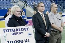 Derby FK Baumit vs FC Slovan. Na snímku slavnostní předání šeku vedoucí vychovatelce Zuzaně Hanvaldové jabloneckého Dětského domova.