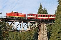 Ozubnicová lokomotiva na mostě přes Jizeru