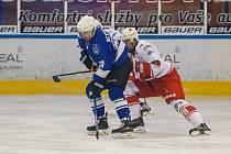Druhý zápas Semifinále play off 2. ligy ledního hokeje skupiny Střed + Západ se odehrál 27. března na zimním stadionu v Jablonci nad Nisou. Utkaly se týmy HC Vlci Jablonec nad Nisou a SKLH Žďár nad Sázavou. Na snímku vlevo je Michal Nevyhoštěný.