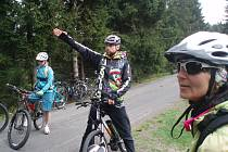 Přestože mají Jizerské hory poměrně dobrou síť cyklostezek, stále je co vylepšovat. Snímek od Blatného rybníka.