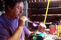 Karel Sobotka z Těpeř vyrábí skleněné figurky z barevného skla jako jeden z posledních v republice a možná i ve světě.