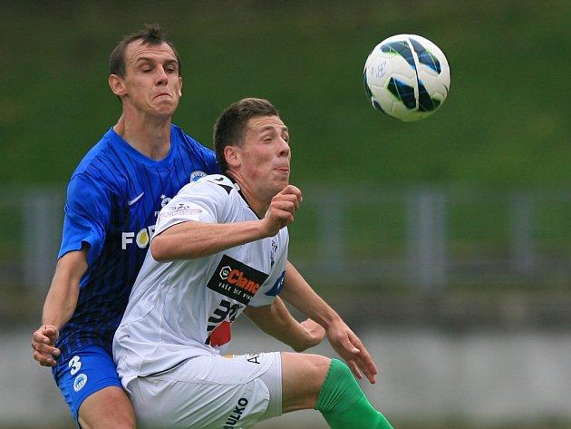 Derby juniorek vyhrál Jablonec (v bílém). Na snímku Martin Tóth z Liberce a Josef Just z Jablonce.