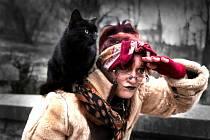 ČARODĚJNICE V MÍRNÉM PŘEDSTIHU dorazily už ve čtvrtek do lučanského útulku Dášenka. Jedna z nich, Martina Hanušová, se řádně rozhlíží, kam poletí. A její sestra Dagmar Kubištová se tomu směje. Obě si vyzloušely i levitaci.